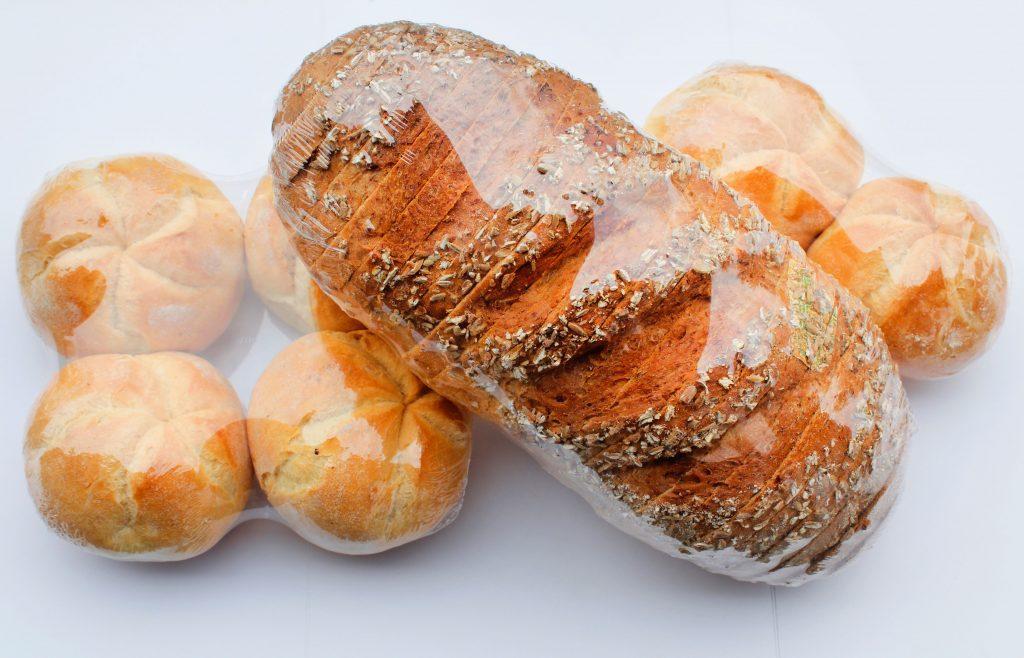 Pakowanie chleba pieczywa bułek w folię